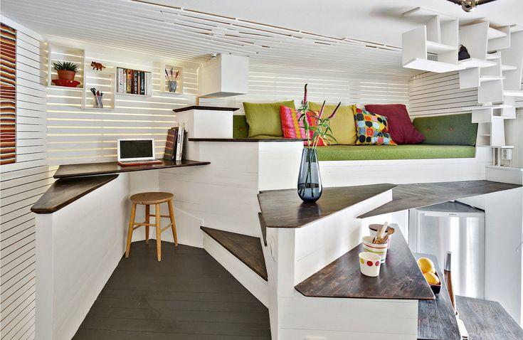 Просто удивительно, что в такой крохотной квартира нашлось место для вполне полноценного домашнего офиса. .