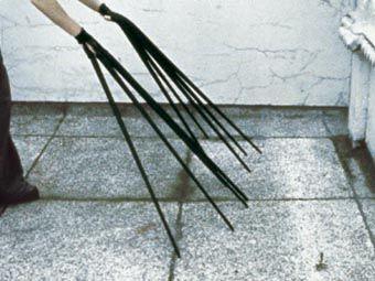 Rebecca Horn | Finger Gloves, 1972 [materiali: tessuto, legno, metallo; collezione: Tate]