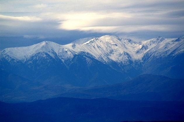 Le Pic du Canigou - Visible de toute la Catalogne, le massif du Canigou domine les Pyrénées françaises du haut de ses 2.784 mètres. Omniprésent dans le paysage, le Canigou est devenu un véritable symbole pour les Catalans qui gardent toujours un œil bienveillant sur ses cimes enneigées.