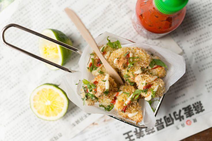 Deze crispy bloemkool met Sriracha en Japanse mayonaise is minstens zo lekker als een frietje mèt. Mark our words. Dit wil je eten!