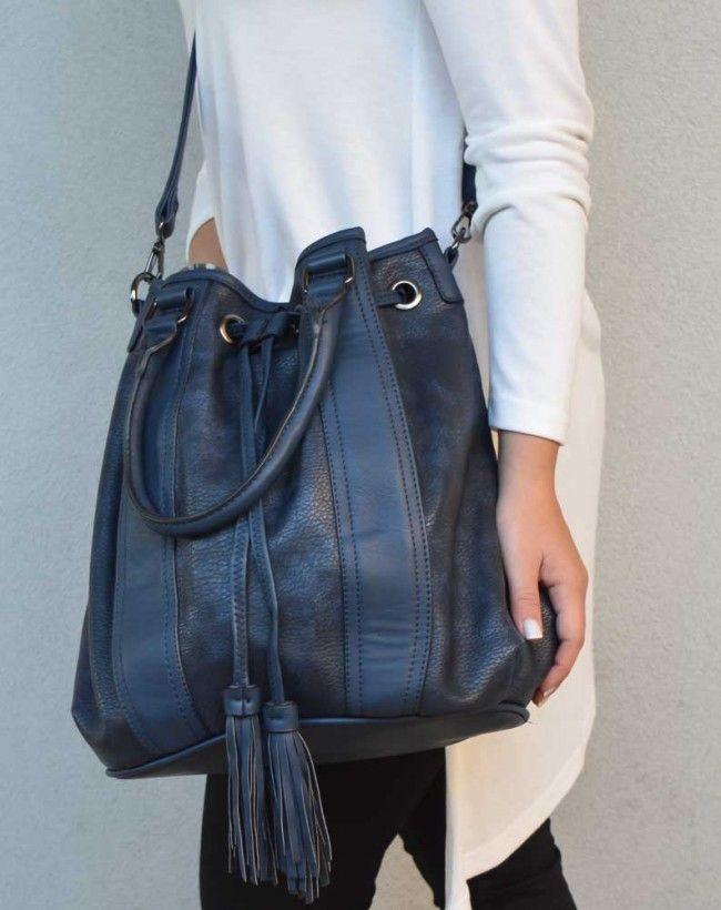 Blue Bucket Bag With Fringes Detail Μπλε τσάντα πουγκί με λεπτομέρειες από κρόσια. Μεγάλη χωρητικότητα και έξτρα λουράκι που αυξομειώνει το έγεθός του για να φοριέται και χιαστί. 25,00 €