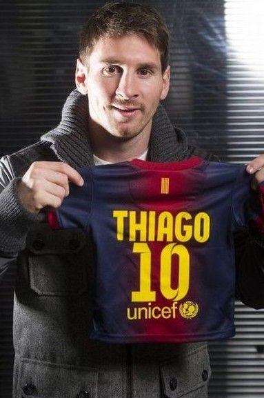 Leo amb la samarreta blaugrana del seu fill, Thiago Messi