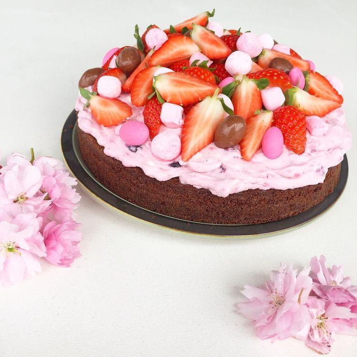 Opskrift: Chokoladekage 3 spsk. kakao 270 g. sukker 2 tsk. vaniljesukker 2 stk. æg 1,5 tsk. bagepulver 1,5 tsk. natron 2,5 dl. mælk 225 g. hvedemel 100 g. smeltet smør  Bærskum: 125 g. piskefløde 200 g. blandede bær (vi brugte hindbær, jordbær og blåbær) 3 spsk. flormeli....