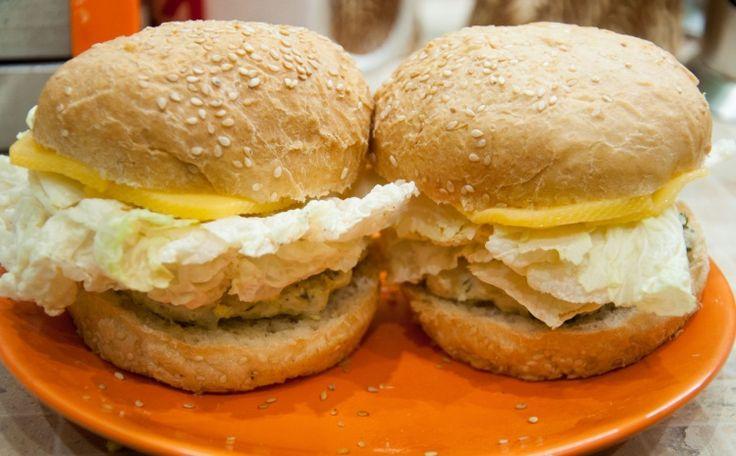 Паровые котлеты из индейки + чизбургеры   Очень вкусные диетические бургеры, приготовленные в домашних условиях. После приготовления вы получите 6 порций  Время приготовления: 60 минут  ИНГРЕДИЕНТЫ  индейка, 1 кг луковица, 2 штук яйцо, 2 штук соль, по вкусу черный перец, по вкусу зелень, 1 пуч.  СПОСОБ ПРИГОТОВЛЕНИЯ  Нарезаем мясо такими кусочками, чтобы помещались в мясорубку.  Зелень моем и мелко нарезаем.  Мясо пропускаем через мясорубку вместе с нарезанным луком.  Добавляем яйца, зелень…