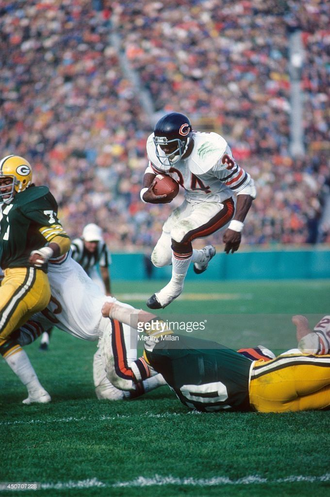 Chicago Bears Walter Payton (34) in action, rushing vs Green Bay Packers at