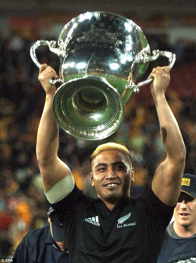 Collins holds the Bledisloe Cup aloft after the All Blacks defeated Australia in Brisbane in 2006