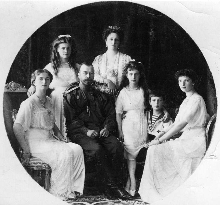 dit is de familie Romanov. met hun 5 kinderen, 4 dochters en 1 zoon Olga, Maria, Nicolaas, Alexandra, Anastasia, Alexej en Tatiana.