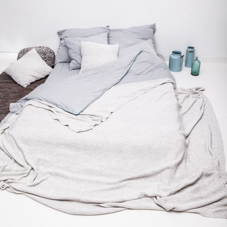 Pościel ma przepiękny odcień szarości, który idealnie pasuje do skandynawskich oraz nowoczesnych sypialni. Cały komplet wykończony jest bawełnianą, turkusową lamówką, która dodaje kolorowego akcentu.