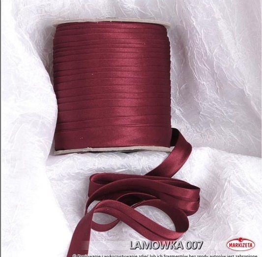#lamówka Lamówka w kolorze bordowym jest to produkt, który świetnie nadaję się do wykończenia różnego rodzaju firan i zasłon.  Lamówki to produkt doskonale pasujący do wszelkiego rodzaju firanek z woalu.    Kolor: bordowy Szerokość: 15 mm Długość: dowolna wykończenie: atłasowe Produkt pierwszego gatunku Miły materiał w dotyku zaprasowana lamówka kasandra.com.pl