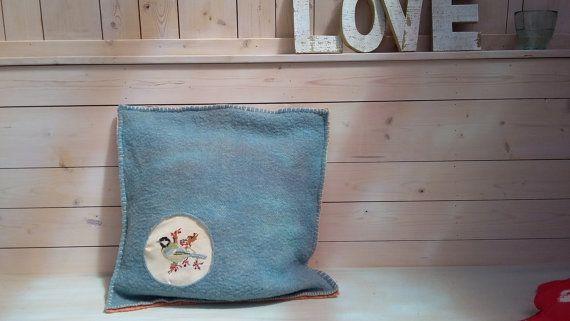 """Upcycled kussen van wol deken en vintage borduurwerk bird """"Koolmees"""". Styling, vintage roze, gele, originele, handgemaakte, ontwerpen"""