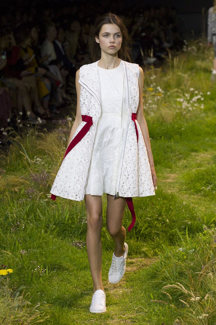 A look from the Moncler Gamme Rouge Spring-Summer 2016 collection, designed by Giambattista Valli. Relive the show now on http://on.moncler.com/mgrss16 #monclergammerouge #ss16 #pfw