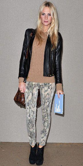 POPPY DELEVIGNE    La modelo y socialité inglesa complementó sus pantalones estampados con una cartera con estampado de leopardo. Pero, como vez, el resto de su atuendo era en colores neutros.