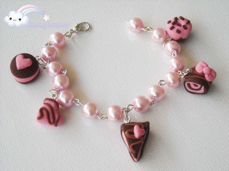 Dolcissimo bracciale con cinque graziosi charms in fimo.   Dolcetti al cioccolato con un tocco di glassa rosa che non guasta mai *-*       ...
