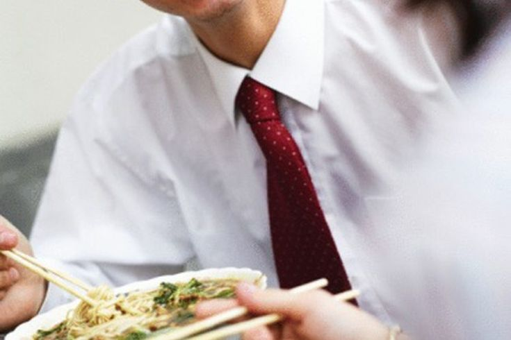 Calorías en la comida china: Verduras mixtas. Los restaurantes chinos y los puestos de venta pueden ser encontrados en muchas ciudades y pueblos del oeste. En China, la comida se come tradicionalmente con palillos, y según Helpguide, adoptar este hábito al comer comida china puede ser saludable, ya ...