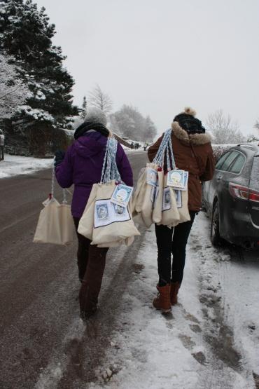 4 hvide t-shirts projekt. Indsamling til julemærkehjemmene ved hjælp af muleposer med julemærker på. #KEA