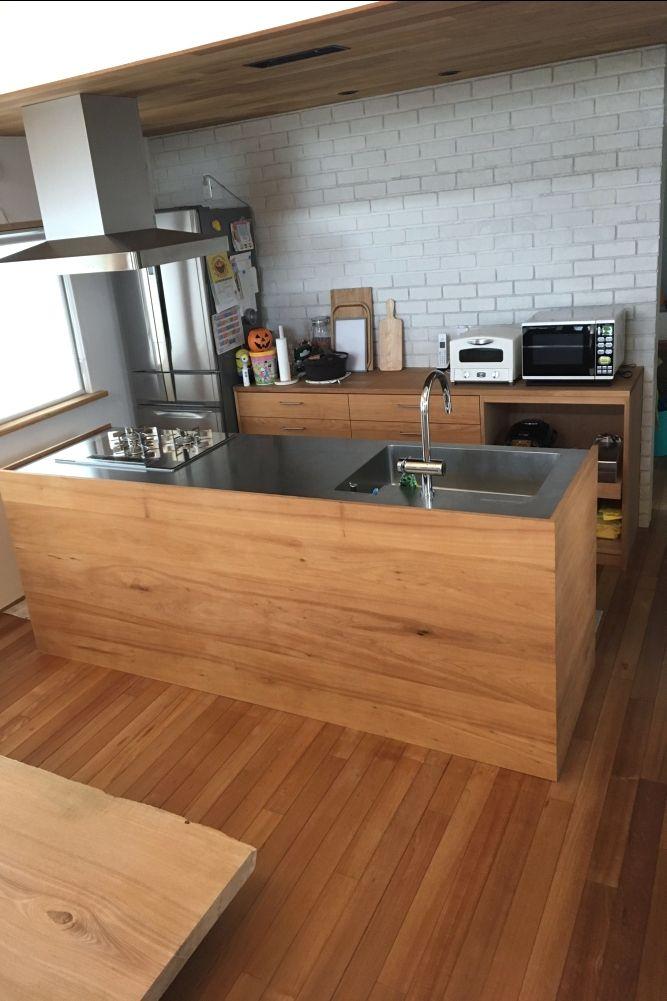 Yさんのくるみ材とステンレスバイブレーション仕上げのキッチンと背面