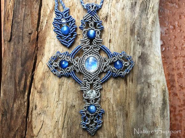 ブルームーンストーンとカイヤナイトでマクラメ十字架ネックレスを創りました。
