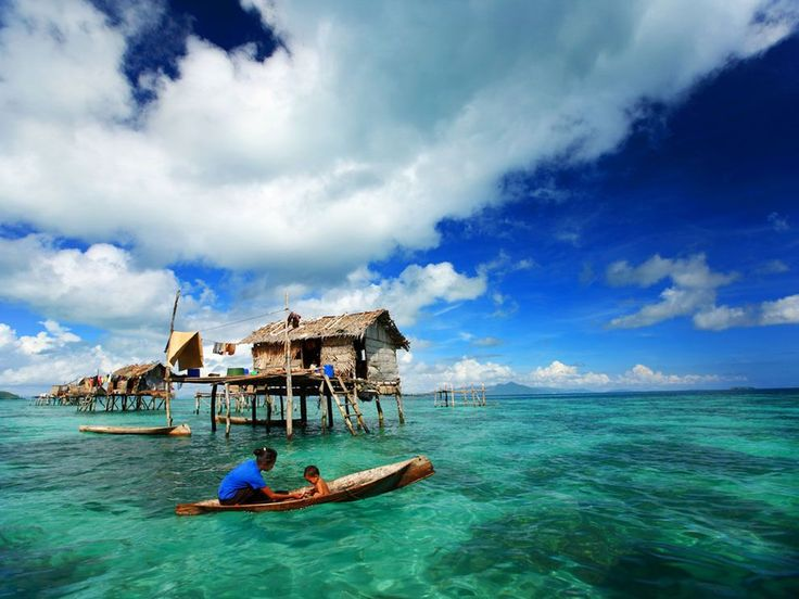 Fishing, Celebes Sea, Borneo, Indonesia : In Semporna, many Filipinos and Malayu who traditionally fish for a living have erected hundreds of these homes in the Celebes Sea.