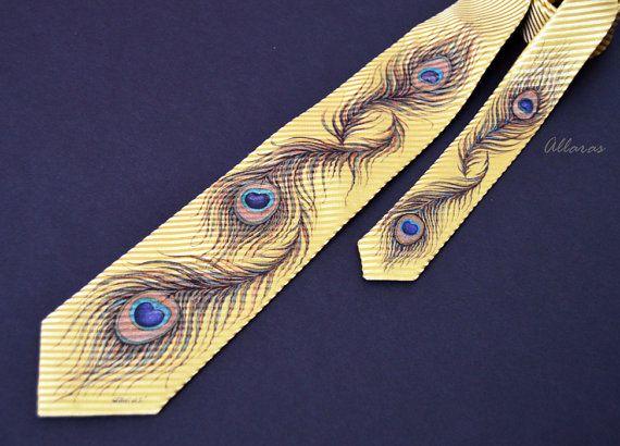 Peacock Feather cravatta di dipinto a mano. Uno di una gentile opera darte originale 100% raso di seta martellata. La parte più larga è di 8 cm. La lunghezza della cravatta è 130 cm.  Dipinto a mano con speciali vernici a base acrilica per la seta - resistente alla luce e dallumidità. Dipingo senza uno schizzo - ogni opera darte è unico nel suo genere. Lesatta ripetizione è impossibile. Firmata dallartista.  Lavare esclusivamente a secco.  Dipinti di cravatte di seta a mano più sono qui…
