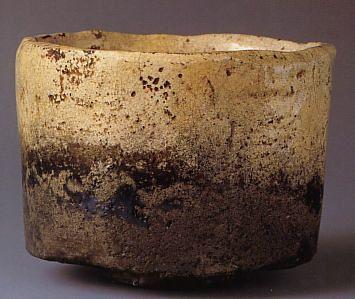 本阿弥光悦(1558-1637)作 白楽茶碗 銘「不二山」、高さ8.9 cm/口径11.6 cm/高台5.5cm、サンリツ服部美術館所蔵、国宝。 素地は荒い砂が混じった白土。始め「手捏ね」で成形し、へらを使って側面を縦に削って整形。その後、透明性低火度の白釉を厚く掛けて焼成、偶然に窯の中で茶碗の下半分が内側・外側ともに炭化し、暗灰色に変色。光悦が娘を大阪に嫁がせた際、支度の代わりにと本作を精魂込めて制作し、持参する際、振袖に包んだことから「振袖茶碗」とも呼ばれる。伝来:比喜多権兵衛→高原治兵衛→井上源三郎→姫路藩藩主 酒井忠学→近年まで酒井家に伝来→服部家 サンリツ服部美術館。