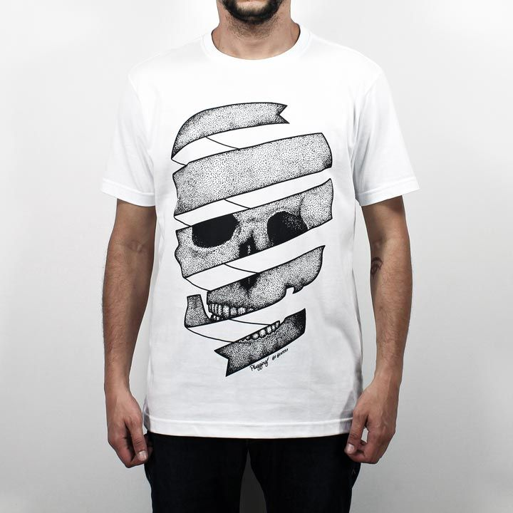 Camiseta Dot Skull, 100% Algodão, malha fio 30 penteado, na cor brancacom tecnologia anti-pilling eestampa silk toque zero. O design da estampafoi desenvolvido pela Designer Gi Guerra e utiliza a técnica de pontilhismo.