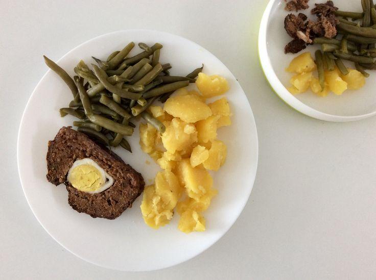 Hovězí sekaná ochucená rajčatovým protlakem, bazalkou a oreganem a plněná vejce , zelené fazolky a brambory