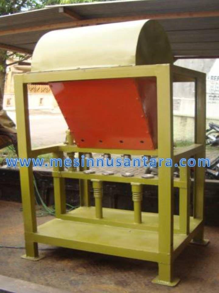 Mesin pembuat emping mlinjo adalah mesin untuk memipihkan biji mlinjo sehingga dapat di goreng dan dijadikan emping. Mesin ini dapat memipihkan biji mlinjo tanpa menghancurkannya dengan merebus biji mlinjo terlebih dahulu. Kapasitas: Power dari dinamo listrik (0,5 Hp) Kapasitas mesin 20 kg/jam Dimensi 70 x 50 x 110 cm