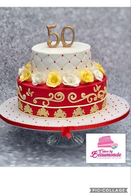 Barok taart voor de 50e verjaardag van een dame (Sara). Bovenste taart met een diamond cutter patroon en rode dotjes royal icing en een bloemenrand met handgemaakte roosjes van fondant; gedust in geel en wit.