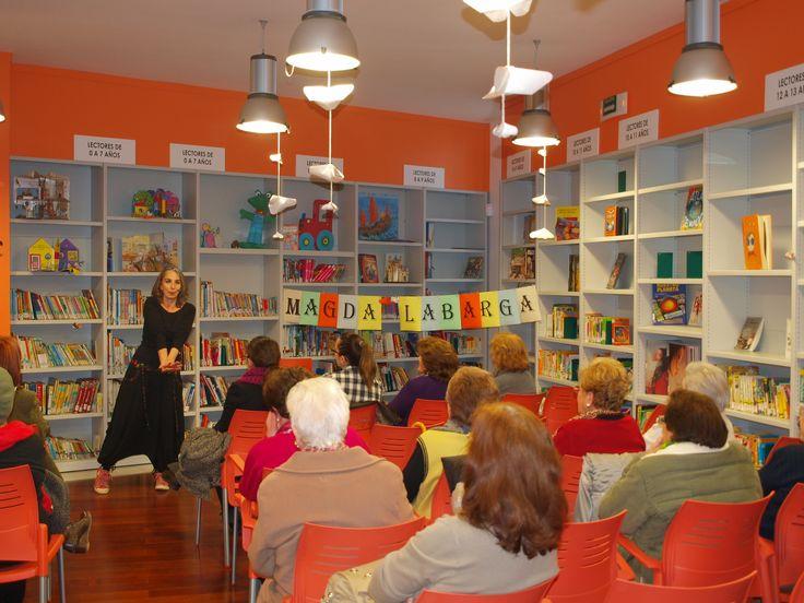 Sesión de cuentacuentos para adultos en la biblioteca de Los Santos de Maimona a cargo de Magda Labarga a través del Plan de Fomento de la Lectura Un libro es un amigo.