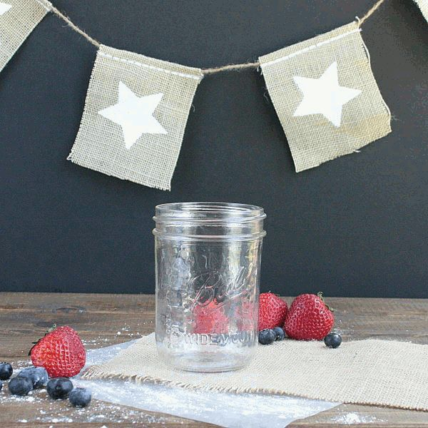 I love food in a jar! These cupcakes in a jar are a simple Memorial day or 4th of July recipe. Mason jar desserts are great for picnics or BBQs.