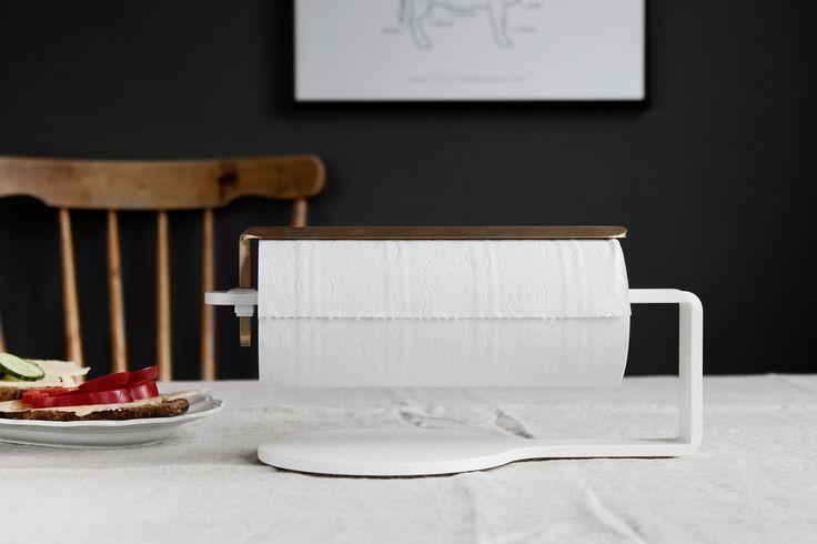 Hushållsrullehållare Curve - vit / mässing Hushållsrullehållare Curve - Svart/Mässing #Hushållsrullehållare #köksrullehållare #pappersrullehållare #scandinaviandesignfactory #mässing #vit