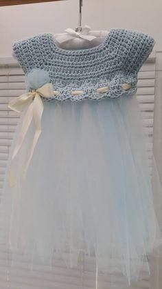 Delicado vestido para bebé con cuerpo en crochet y falda en tul.
