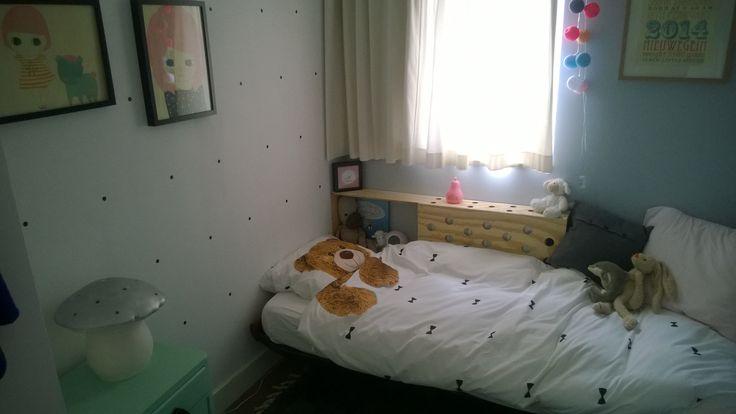 Meisjeskamer; pasteltinten in combinatie met zwart & wit, #stoer, beddengoed van SNURK en de paddenstoel-lamp van HEICO. Radiatorombouw wordt een nachtkastje van multiplex/ plywood.