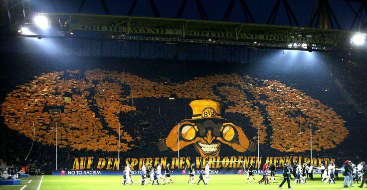 Borussia Dortmund e sua lendária torcida de pé na Südtribüne, no Westfalenstadion.
