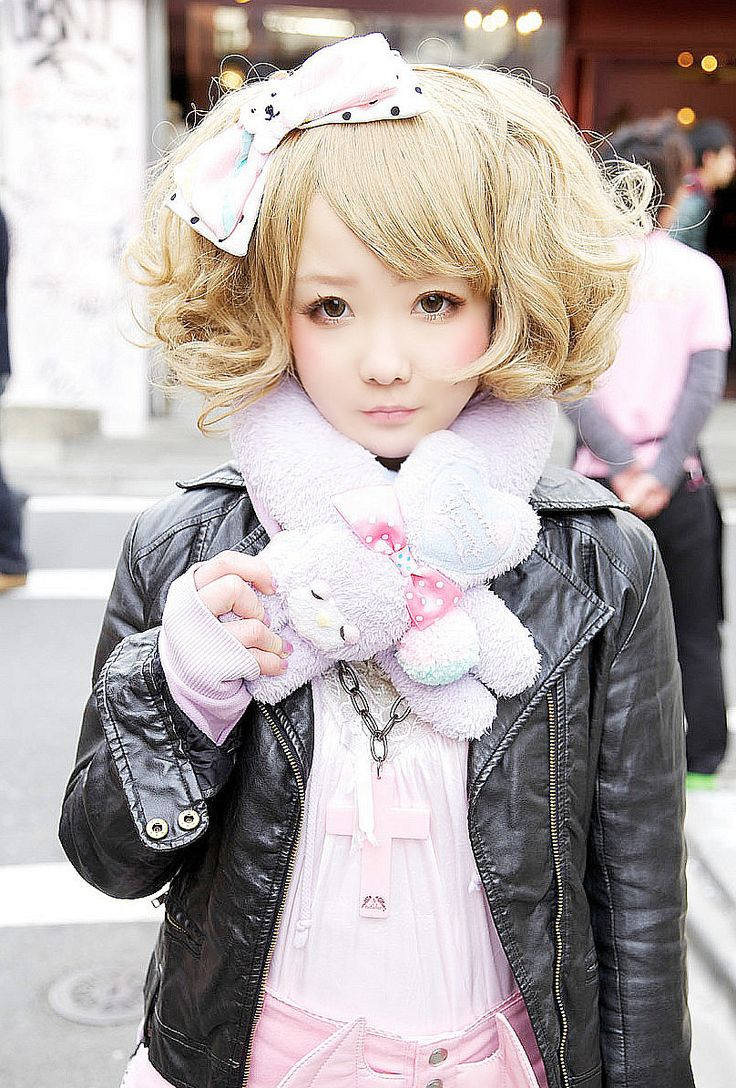Cute, sweet gyaru: Black, leather jacket. Headdress with a bow. Pink shirt. Stuffed animal muffler.