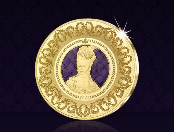 Tato zlatá mince představuje francouzskou tradici, exkluzivitu a eleganci v jedinečném spojení. #MarieAntoinetta #zlatamince #narodnipokladnice #history #gold #worldcoins #svetovemince # #numismatics #coincollecting #sevres