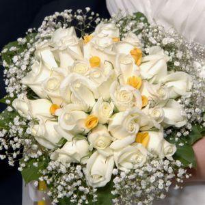 Νυφική Ανθοδέσμη Γάμου, Νυφικό μπουκέτο με ολόφρεσκα λουλούδια ιδανικό για να συμπληρώσει μια ξεχωριστή νύφη. Το πιο σημαντικό μπουκέτο της ζωής σας επιλεγμένο να συμπληρώσει ιδανικά το στυλ του γάμου που έχετε επιλέξει, από μοντέρνο σε κλασσικό ή ρομαντικό. Το πιο όμορφο στολίδι στα χέρια σας. Η διαχρονικότητα του κλασσικού σε ένα μπουκέτο με τριαντάφυλλα, σε όποιο χρώμα επιλέξετε, μονόχρωμο ή σε συνδυασμό. Το αποτέλεσμα είναι απλά υπέροχο.