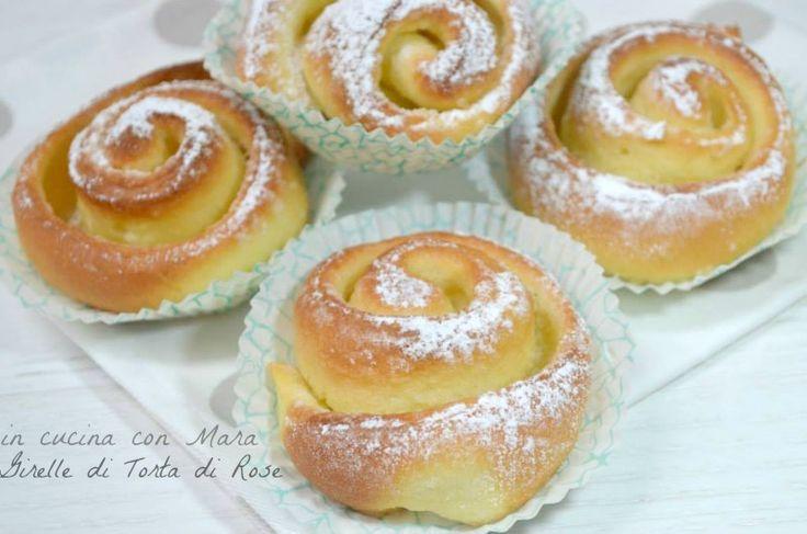 Le girelle di torta di rose sono brioche di pasta lievitata, profumata al limone e farcite con una semplice crema al burro, per la colazione e la merenda.