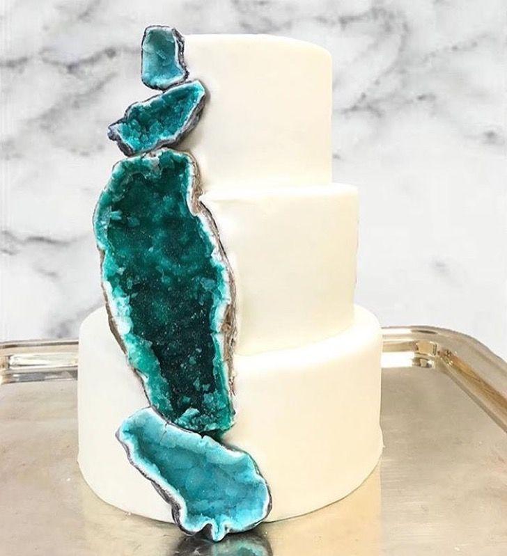 Todos quieren coloridas geodas comestibles para celebrar el compromiso.