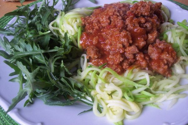 Cuketové špagety aneb cuketa jako špagety s mletým masem, rajčatovou omáčkou a kopou rukoly.
