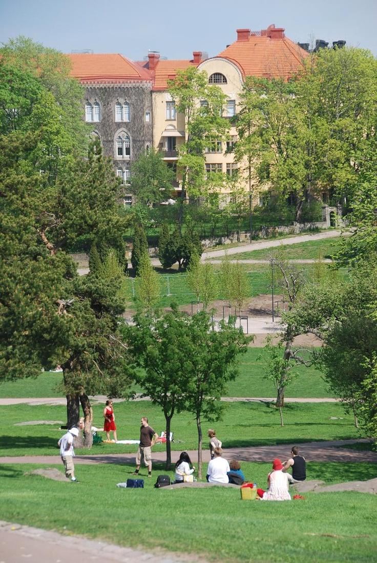 Kaivopuisto Park, Sea side Helsinki, Finland - Kaivopuisto on Helsingin vanhimpia ja tunnetuimpia puistoja, joka sijaitsee Ullanlinnan vieressä kantakaupungin eteläosassa,aivan Helsinginniemen kärjessä meren rannalla.Helsingin arvostetuimpiin asuinseutuihin luettu Kaivopuisto on myös 450 asukkaan kaupunginosa, johon kuuluu puiston lisäksi sen itäpuolella oleva vanha huvila-alue ja joka tunnetaan erityisesti diplomaattien asuinalueena.