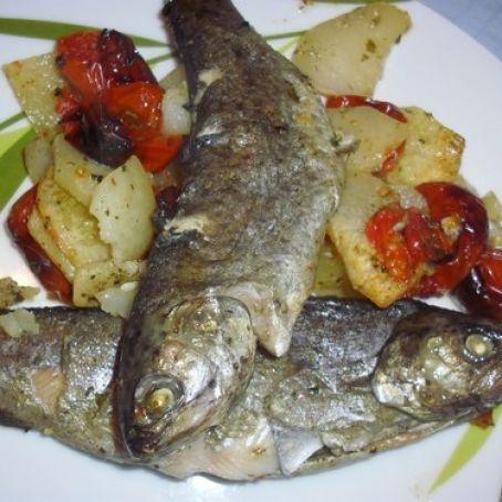 Trota al forno con patate http://www.tribugolosa.com/ricetta-47769-trota-al-forno-con-patate.htm