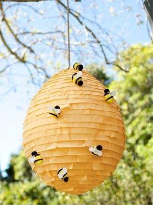 Balão coberto com camadinhas de papel e abelhinhas, ideal para uma festinha ao ar livre.
