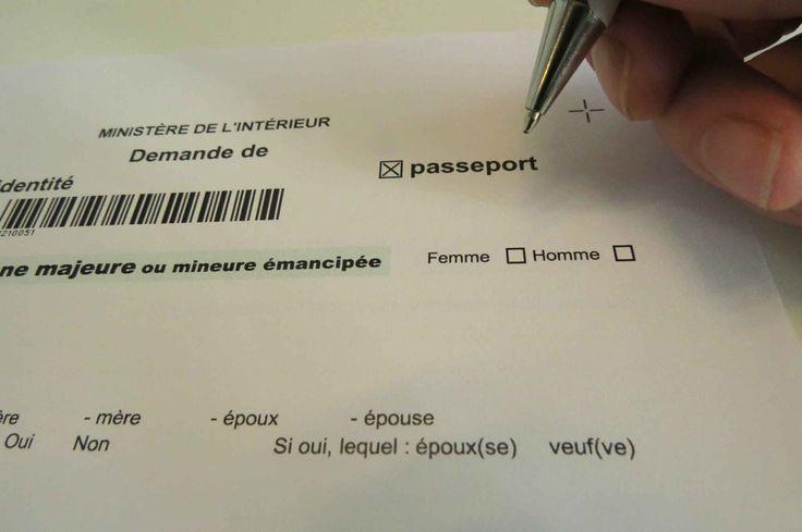 Feuille administrative de demande de passeport du ministre de l'IntŽrieur avec cases homme et femme, le 12 octobre 2015.