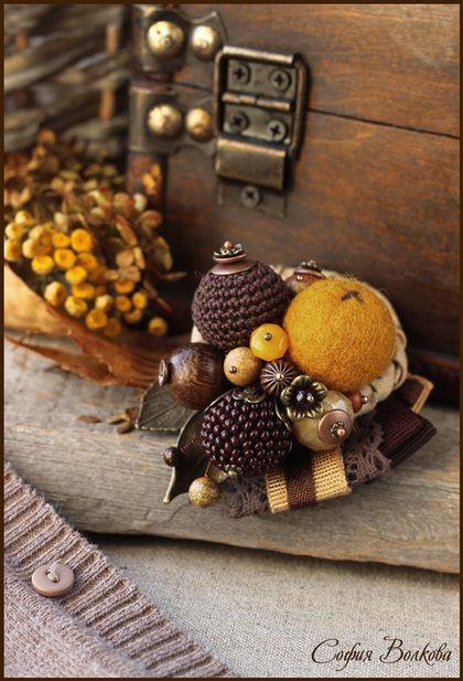 Брошь `Лимонный пирог`. Новый вкусный ягодный букетик - сочный, яркий, так и хочется отщипнуть одну из бусинок и съесть!  Брошечка очень аппетитная по цвету - напоминает горячий лимонный пирог, украшенный вишнями, или баночку варенья из цукатов.