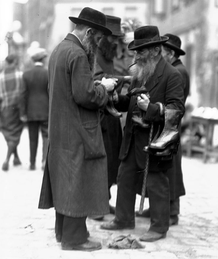 Kraków (Kazimierz) - Żyd sprzedający buty (lata 20/30. XX w.)