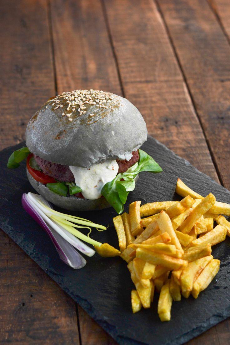 buns burger - panini neri con carbone vegetale, hamburger vegetariano di fagioli rossi, salsa di yogurt, senape e curry, insalatina, pomodori e formaggio