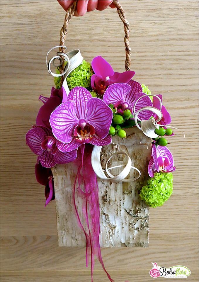breng een melkkarton ,uitspoelen en omwikkelen met berkenschors vast maken met nietjes,mooi handvat maken ,oasis in melkkarton en mooi opvullen met roze en rode rozen