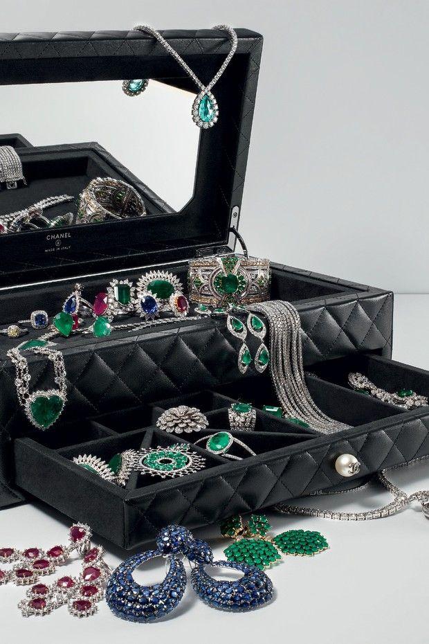 Porta-joias Chanel chega ao Brasil Tão luxuoso quanto as bolsas da grife francesa, ele vem em dois tamanhos no tradicional matelassê criado por Coco em 1955 em referência a casacos de jóquei e é arrematado por uma pérola.