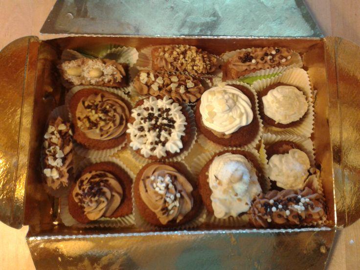 Cupcake cioccolato con crema alla panna e mascarpone con ripieno di cioccolato fondente